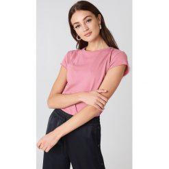 NA-KD Basic T-shirt z surowym wykończeniem - Pink. Różowe t-shirty damskie NA-KD Basic, z bawełny, z okrągłym kołnierzem. W wyprzedaży za 28.67 zł.