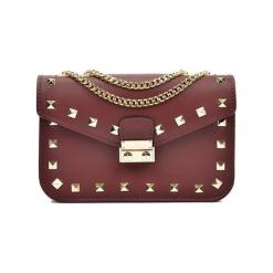Skórzana torebka w kolorze bordowym - (S)22 x (W)15 x (G)7 cm. Czerwone torby na ramię damskie Akcesoria na sylwestrową noc. W wyprzedaży za 209.95 zł.
