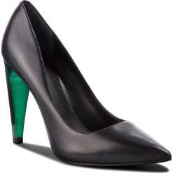 Szpilki GUESS - FLOBA4 LEA08 BLACK. Czarne szpilki damskie Guess, ze skóry ekologicznej. Za 699.00 zł.