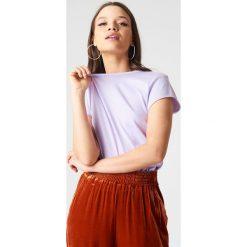 NA-KD Basic T-shirt z surowym wykończeniem - Purple. Fioletowe t-shirty damskie NA-KD Basic, z bawełny, z okrągłym kołnierzem. W wyprzedaży za 21.18 zł.