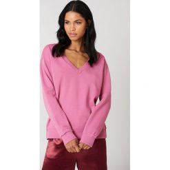 NA-KD Basic Bluza basic z dekoltem V - Pink. Różowe bluzy damskie NA-KD Basic, z bawełny. W wyprzedaży za 50.48 zł.