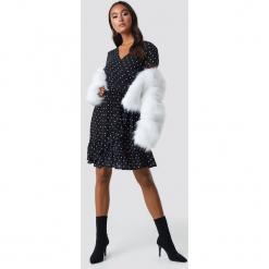 Trendyol Sukienka midi z paskiem - Black. Czarne sukienki damskie Trendyol, w paski, z materiału, dekolt w kształcie v, z krótkim rękawem. Za 121.95 zł.