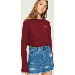 Sweter z haftowanym napisem - Fioletowy. Fioletowe swetry damskie Sinsay. Za 39.99 zł.
