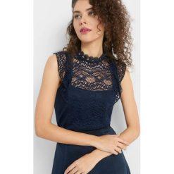 Koszulka z koronki. Niebieskie bluzki damskie Orsay, w koronkowe wzory, z dzianiny, ze stójką, z krótkim rękawem. Za 79.99 zł.