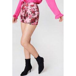NA-KD Trend Szorty z wysokim stanem i nadrukiem - Pink,Multicolor. Szorty damskie NA-KD Trend, z haftami, z wiskozy. Za 161.95 zł.