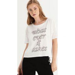 T-shirt z napisem i dżetami - Biały. Białe t-shirty damskie Sinsay, z napisami. Za 29.99 zł.