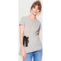 Koszulka z wiązaniem w talii - Jasny szar. Szare t-shirty damskie Mohito. W wyprzedaży za 29.99 zł.