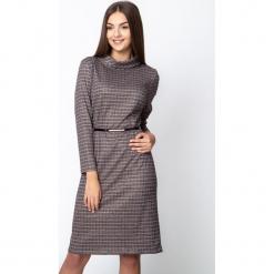 Sukienka w kratkę z luźnym golfem QUIOSQUE. Czarne sukienki damskie QUIOSQUE, w kolorowe wzory, z dzianiny, biznesowe, z golfem. Za 199.99 zł.