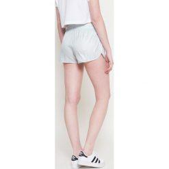 Adidas Originals - Szorty. Szorty sportowe damskie marki Tommy Jeans. W wyprzedaży za 79.90 zł.