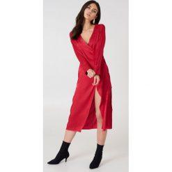 NA-KD Boho Żakardowa sukienka kopertowa z satyny - Red. Sukienki damskie NA-KD Trend, z satyny, z kopertowym dekoltem. W wyprzedaży za 48.59 zł.