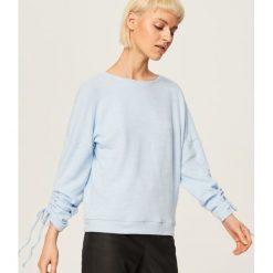 Sweter z wiązanymi rękawami - Niebieski. Swetry damskie marki bonprix. W wyprzedaży za 29.99 zł.