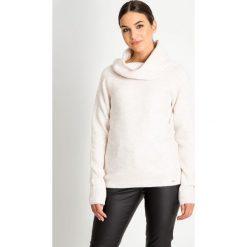 Ciepły sweter z dużym kołnierzem QUIOSQUE. Brązowe swetry damskie QUIOSQUE, na zimę, z jeansu, z klasycznym kołnierzykiem. W wyprzedaży za 79.99 zł.