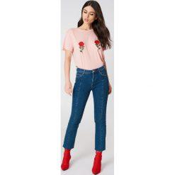 NA-KD T-shirt z haftem w kwiaty - Pink. Różowe t-shirty damskie NA-KD, z haftami, z bawełny, z okrągłym kołnierzem. W wyprzedaży za 42.67 zł.