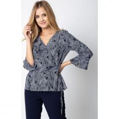 Granatowa kopertowa bluzka ze wzorem QUIOSQUE. Białe bluzki damskie QUIOSQUE, z tkaniny, biznesowe, z kopertowym dekoltem, z długim rękawem. Za 139.99 zł.