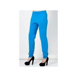 Niebieskie spodnie damskie z obniżonym krokiem. Niebieskie spodnie materiałowe damskie Blue eye pop, z gumy. Za 120.00 zł.