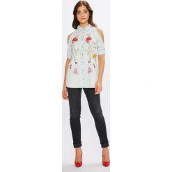 Guess Jeans - Koszula. Szare koszule damskie Guess Jeans, z haftami, z dzianiny, casualowe, z klasycznym kołnierzykiem, z krótkim rękawem. W wyprzedaży za 299.90 zł.