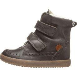 Skórzane botki zimowe w kolorze szarym. Buty zimowe chłopięce marki Geox. W wyprzedaży za 195.95 zł.