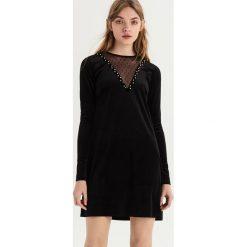 Welwetowa sukienka z aplikacją - Czarny. Czarne sukienki damskie Sinsay, z aplikacjami. Za 69.99 zł.