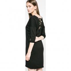Answear - Sukienka Ur Your Only Limit. Czarne sukienki damskie ANSWEAR, z bawełny, casualowe, z okrągłym kołnierzem. W wyprzedaży za 59.90 zł.