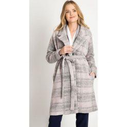 Szary płaszcz w kratę QUIOSQUE. Szare płaszcze damskie QUIOSQUE, w jednolite wzory, z dzianiny, eleganckie. W wyprzedaży za 179.99 zł.