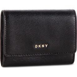 Mały Portfel Damski DKNY - Bryant Card Case Id R82Z3503 Blk/Gold BGD 82. Czarne portfele damskie DKNY, ze skóry. Za 289.00 zł.