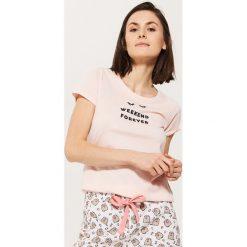Piżamowa koszulka z napisem - Różowy. Czerwone koszule nocne damskie House, z napisami. Za 29.99 zł.