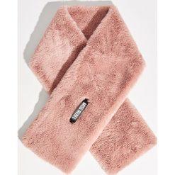 Pluszowy szal - Różowy. Czerwone szaliki i chusty damskie Sinsay. Za 29.99 zł.