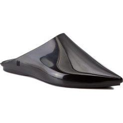 Klapki MELISSA - She Ad 32180 Black 01003. Czarne klapki damskie Melissa, z tworzywa sztucznego. W wyprzedaży za 179.00 zł.