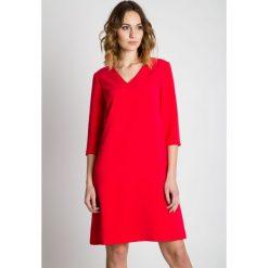 Czerwona sukienka z rękawem 3/4 BIALCON. Czerwone sukienki damskie BIALCON, eleganckie, z kopertowym dekoltem. W wyprzedaży za 227.00 zł.