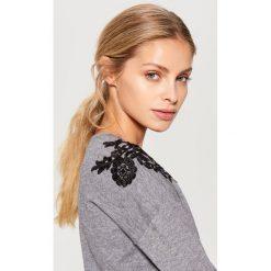 Sweter z koronkową aplikacją - Szary. Szare swetry damskie Mohito, z koronki. Za 89.99 zł.