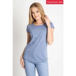 Niebieska bluzka z kwiatowym nadrukiem QUIOSQUE. Niebieskie bluzki damskie QUIOSQUE, z nadrukiem, z bawełny, biznesowe, z dekoltem w łódkę, z krótkim rękawem. W wyprzedaży za 19.99 zł.