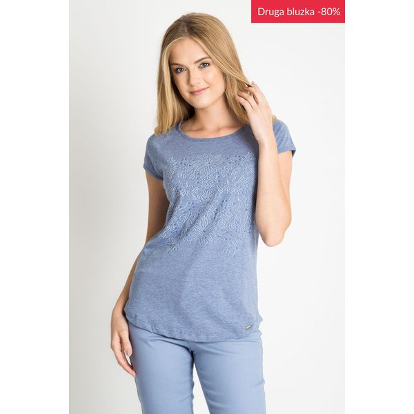 f1a8f2b8d1b2 Niebieska bluzka z kwiatowym nadrukiem QUIOSQUE - Niebieskie bluzki ...