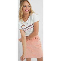 Koszulka z nadrukiem. Brązowe t-shirty damskie Orsay, w kolorowe wzory, z bawełny. W wyprzedaży za 20.00 zł.