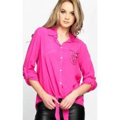 Fuksjowa Koszula Fancywork. Różowe koszule damskie Born2be, z koronki, klasyczne, z klasycznym kołnierzykiem, z długim rękawem. Za 29.99 zł.