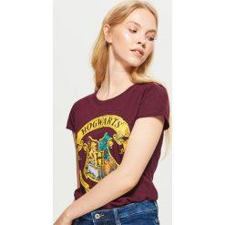 Koszulka HARRY POTTER - Bordowy. Czerwone t-shirty damskie Cropp. Za 39.99 zł.