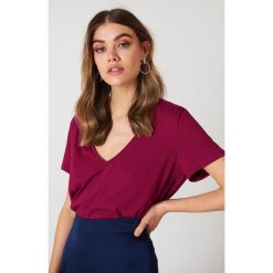 NA-KD Basic T-shirt z dekoltem V - Purple. Fioletowe t-shirty damskie NA-KD Basic, z bawełny. Za 40.95 zł.
