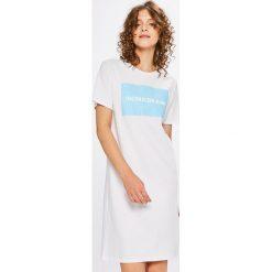 Calvin Klein Jeans - Sukienka. Sukienki damskie Calvin Klein Jeans, z nadrukiem, z bawełny, casualowe, z okrągłym kołnierzem, z krótkim rękawem. W wyprzedaży za 219.90 zł.