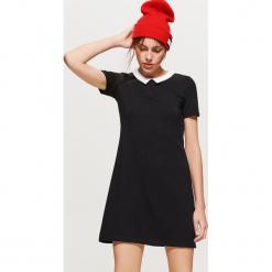 Sukienka z białym kołnierzykiem - Czarny. Czarne sukienki damskie Cropp. W wyprzedaży za 29.99 zł.