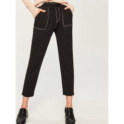 Spodnie z kontrastowym obszyciem - Czarny. Czarne spodnie materiałowe damskie Reserved. Za 59.99 zł.