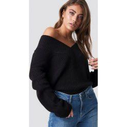 Pamela x NA-KD Sweter V-Neck Knitted - Black. Czarne swetry damskie Pamela x NA-KD, z dekoltem na plecach. Za 121.95 zł.