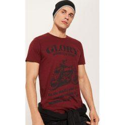 T-shirt z motocyklem - Bordowy. T-shirty męskie marki Giacomo Conti. W wyprzedaży za 19.99 zł.