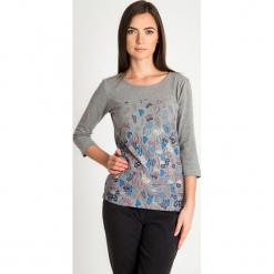 Szara bluzka z rękawem 3/4 w liście QUIOSQUE. Szare bluzki damskie QUIOSQUE, w kwiaty, z bawełny, biznesowe, z dekoltem na plecach, z długim rękawem. Za 79.99 zł.