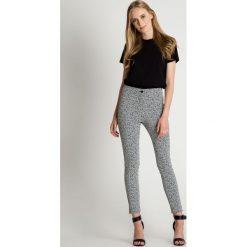 Oryginalne spodnie we wzory  BIALCON. Szare spodnie materiałowe damskie BIALCON, w geometryczne wzory, z bawełny. W wyprzedaży za 153.00 zł.