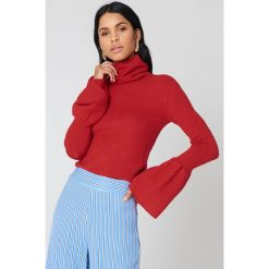 NA-KD Dzianinowy sweter z wycięciami na ramionach - Red. Czerwone swetry damskie NA-KD, z dzianiny, z okrągłym kołnierzem. W wyprzedaży za 73.17 zł.