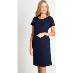 Dzianinowa granatowa sukienka z kieszeniami QUIOSQUE. Szare sukienki damskie QUIOSQUE, na jesień, w geometryczne wzory, z dzianiny, biznesowe, z długim rękawem. W wyprzedaży za 99.99 zł.