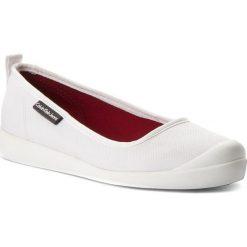 Półbuty CALVIN KLEIN JEANS - Libby R8947  White. Białe półbuty damskie Calvin Klein Jeans, z jeansu. W wyprzedaży za 289.00 zł.