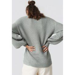 NA-KD Dzianinowy sweter z obniżonymi ramionami - Grey. Szare swetry damskie NA-KD, z dzianiny. Za 121.95 zł.