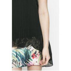 Desigual - Sukienka Miriam. Sukienki damskie Desigual, z elastanu, casualowe, z okrągłym kołnierzem. W wyprzedaży za 239.90 zł.