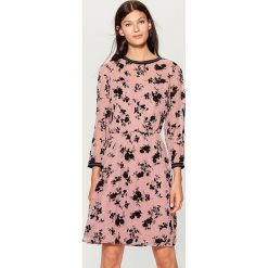 Szyfonowa sukienka w kwiaty - Różowy. Czerwone sukienki damskie Mohito, w kwiaty, z szyfonu. Za 149.99 zł.
