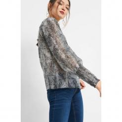 Luźna bluzka z wężowym wzorem. Czarne bluzki damskie Orsay, z poliesteru, z dekoltem na plecach. Za 89.99 zł.